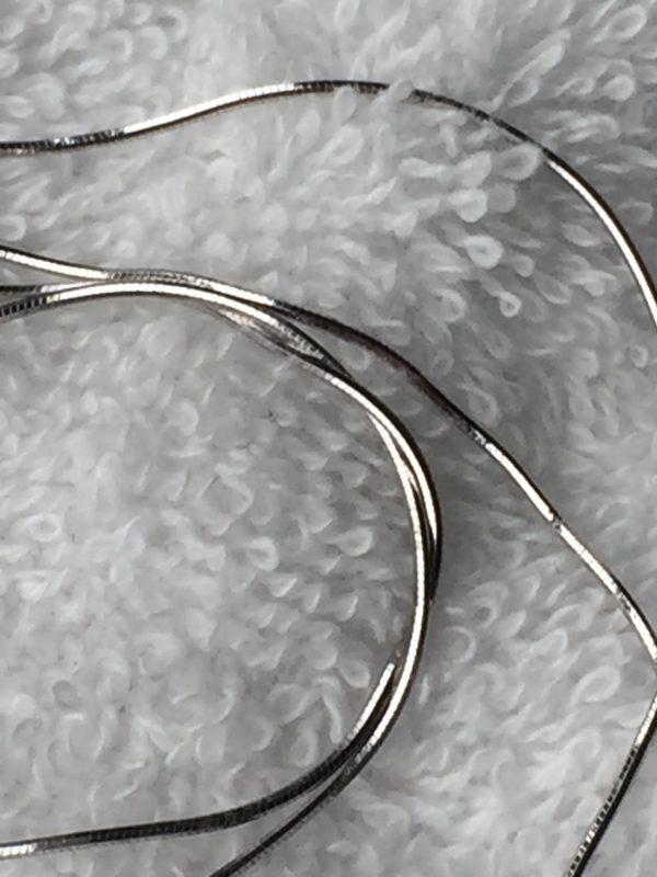 Deze lange zilveren ketting past mooi bij een moedermelkhanger