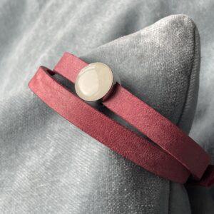 Deze slider op een cuioi armband is gevuld met moedermelk