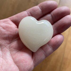 Dit hartensteen van moedermelk is een mooi alternatief wanneer je geen sieraden draagt maar toch een herinnering wilt.
